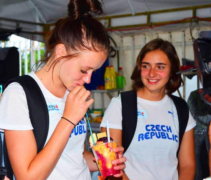 Un Cholaito para el calor! Para nuestras hermanas visitantes de la República Checa! — en Ciudad Santiago De Cali.