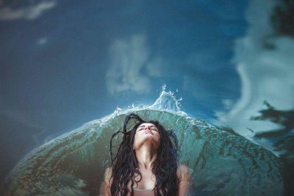 fotografie-silhouetten-natuur De Franse fotograaf Julie Cherki fotografeerde deze poëtische beelden van mannen en vrouwen in het wild. De dromerige foto's laten de symbiose zien tussen de modellen en de elementen: van water, aarde tot aan planten.