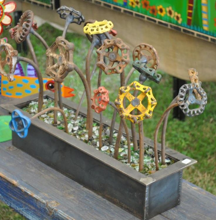 Faucet Handle Flowers - Water faucet handles turned into garden art flowers.