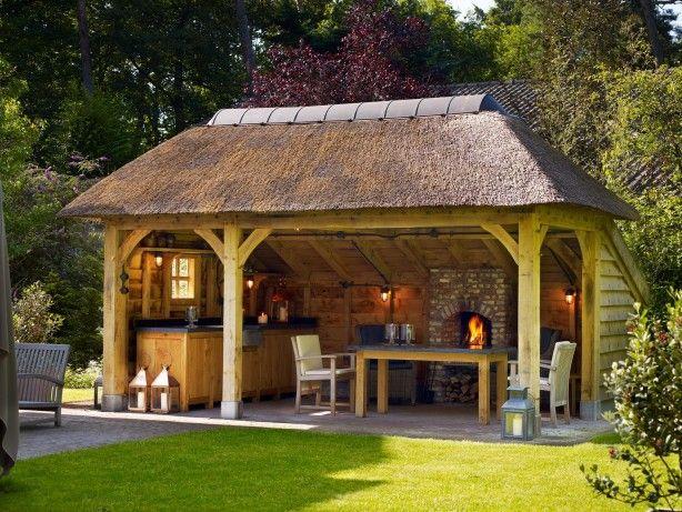 Handgemaakte eikenhouten overkapping met rieten dak, buitenkeuken en openhaard.