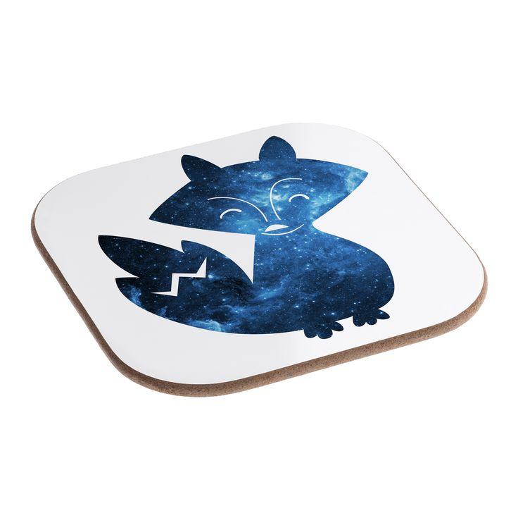 Quadratische Untersetzer Fuchs Deluxe aus Hartfaser  natur - Das Original von Mr. & Mrs. Panda.  Dieser wunderschönen Untersetzer von Mr. & Mrs. Panda wird in unserer Manufaktur liebevoll bedruckt und verpackt. Er bestitz eine Größe von 100x100 mm und glänzt sehr hochwertig. Hier wird ein Untersetzer verkauft, sie können die Untersetzer natürlich auch im Set kaufen.    Über unser Motiv Fuchs Deluxe  Füchse sind zauberhafte verspielte Waldbewohner, die ein süßes Accessoire sind und jedermann…
