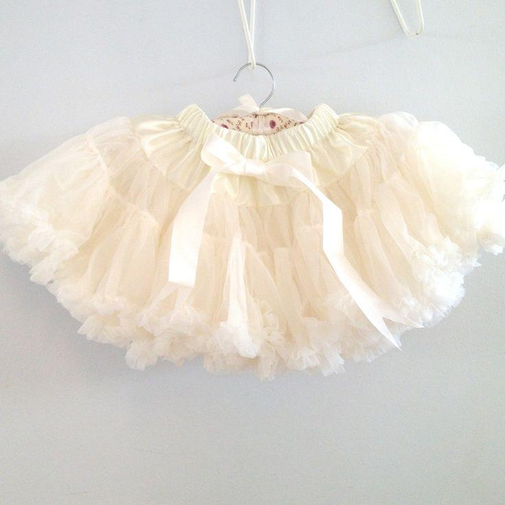 Petitskirt - Cremefärgad tyllkjol med flera lager tyll. Ett måste för alla små prinsessor!