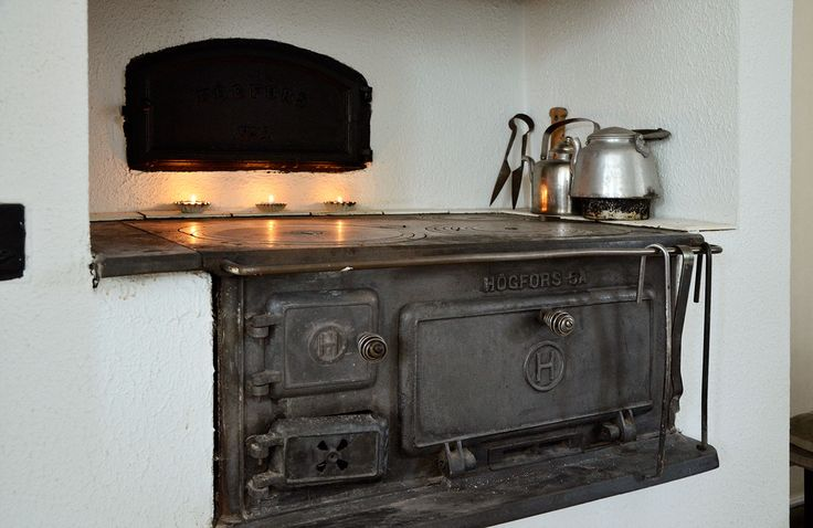 Remembering grandparents baking oven, the one in the wall. The stove is also like the one I've lit and cooked on in Finland. Gives remarkable heat and feeling in the house, the food taste so much better, mmm | Sisustus - 8814 - Maalaisromanttinen - sisustus.etuovi.com