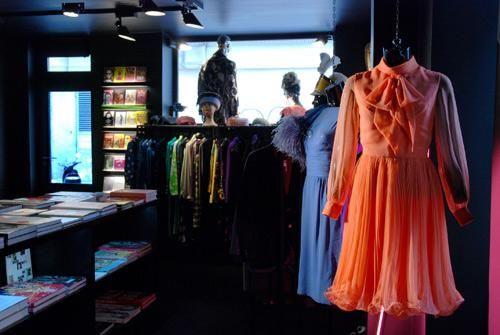 Bastien de Almeida i rue de la Condamine i det 17. arrondissement. Her finder du balkjoler, aftenkjoler,hatte, capes, taskerog couture blondesager fr...