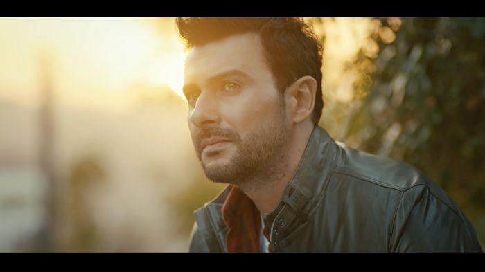 """Gökhan Tepe yeni albümü öncesinde yayınladığı yepyeni single çalışması """"Sevda Çocukları""""na film gibi bir klip çekti. Beyazıt Öztürk, Ayla Çelik ve Hakkı Yalçın'ın yanı sıra şarkının söz yazarı ve bestecisi Serdar Aslan ve söz yazarı Şebnem Sungur'un da rol aldığı klibi Nihat Odabaşı yönetti. """"SEVDA ÇOCUKLARI"""" BUGÜN İTİBARIYLA YOUTUBE'DA Çekimleri Rumeli Feneri'nde, iki gün süren klibin setinde ünlü isimler keyifli anlar yaşadılar. Gökhan Tepe ile dostluklar..."""