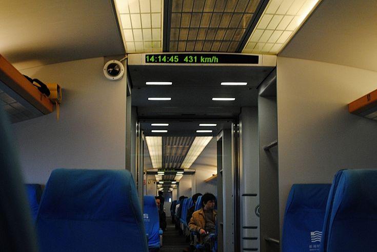 Linia Maglev łączy dzielnicę Pudong z portem lotniczym Szanghaj – Pudong. Pociąg rozwija maksymalną prędkość 431 km/h (sic!), a trasę o długości 30 km pokonuje w… 7 minut i 21 sekund!
