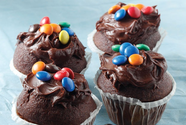 Ατομικά κεκάκια με χρωματιστά κουφετάκια σοκολάτας