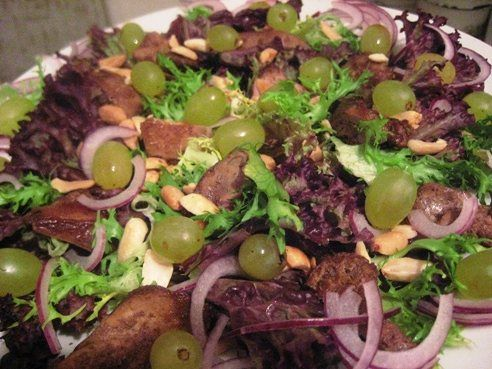 Теплый салат с куриной печенью и виноградом