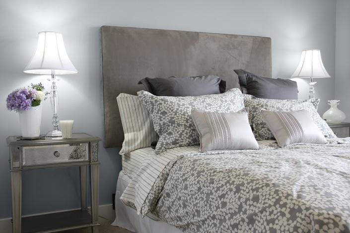 Câteva elemente pe care să le ai în vedere, când îţi decorezi dormitorul ar fi simetria dispunerii noptierelor şi lampadarelor, de-o parte şi de alta a patului masiv; ai nevoie de mobilă veche cu linii curbe şi detalii reliefate.