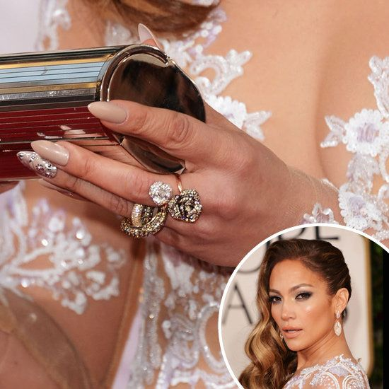 Unghie Nude ed impreziosite da decorazioni argentate per Jennifer Lopez.