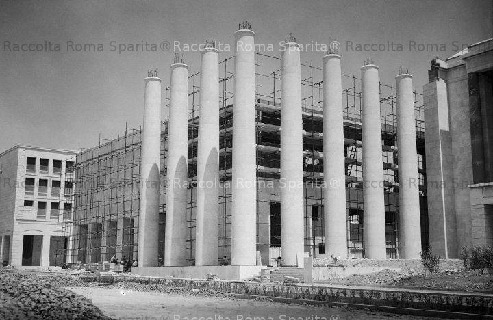 Piazza Guglielmo Marconi – Il porticato del Palazzo delle Arti e Tradizioni Popolari a ridosso della Cristoforo Colombo, alla ripresa dei lavori dopo la parentesi bellica. Anno: 1951