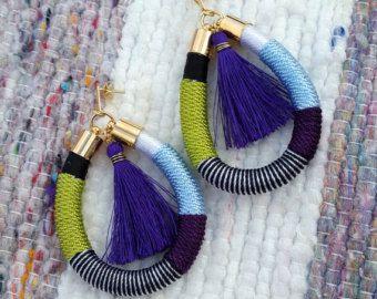 Zarcillos en chapado de oro y cordón forrado con una pequeña borla en morado, verde y azul pastel