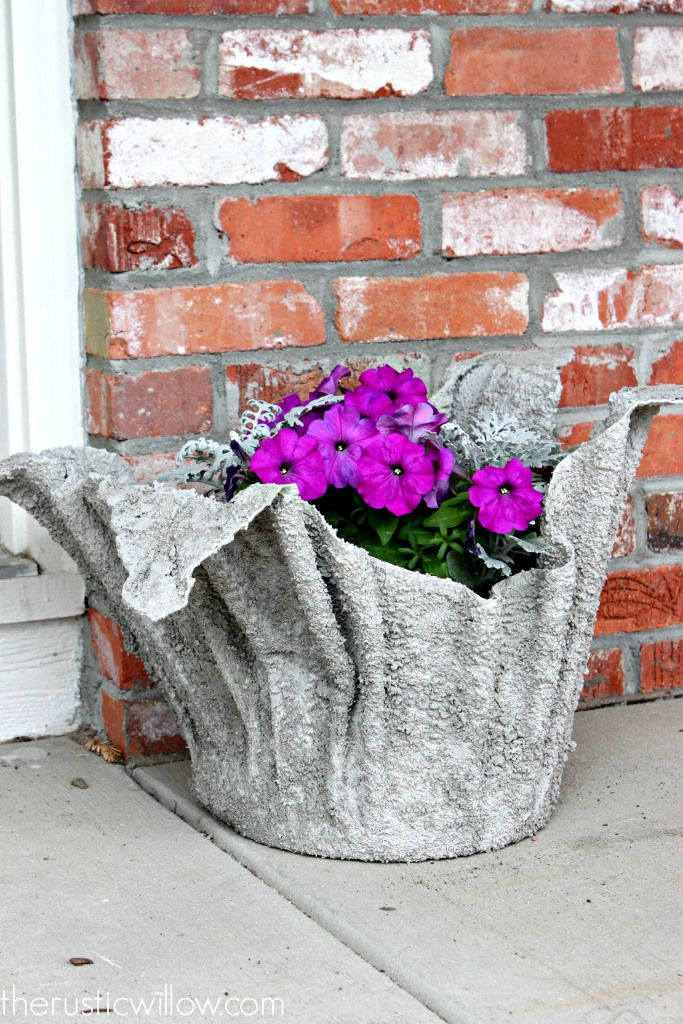 Can you believe this planter was made with just concrete and an old towel?!  | therusticwillow.com