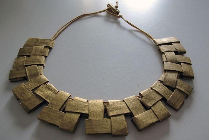 Collana Reghion 01: 35 elementi, carta dorata tagliata a mano, filo di cotone cerato, colla vinilica, chiusura senza metallo