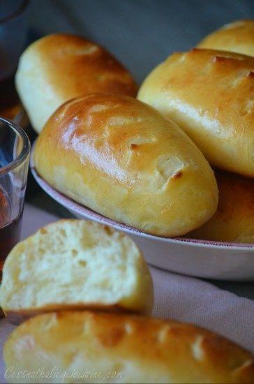 Ah les petits pains au lait! On en fait une grande consommation à la maison, j'ai mon ado gourmand qui les dévore au petit déjeuner et au goûter... Surtout ceux de la marque bien connue.... Oui, les bien moelleux! Alors il m'arrive aussi d'en faire maison....