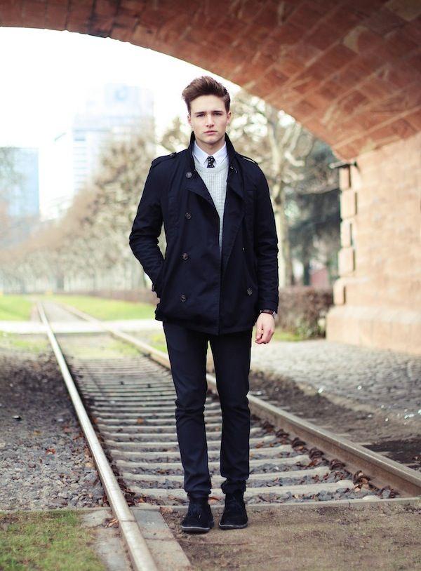 (Trenchcoat: Selected, Tie: Greg Hunt, Sweater: H&M, Shirt: Farah, Trousers: Zara, Shoes: Clarks, Watch: Daniel Wellington)