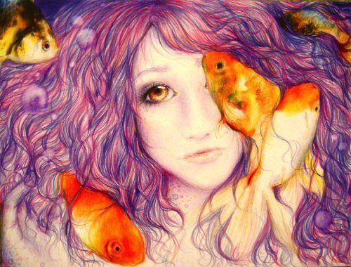Chica con el pelo morado y peces naranjas