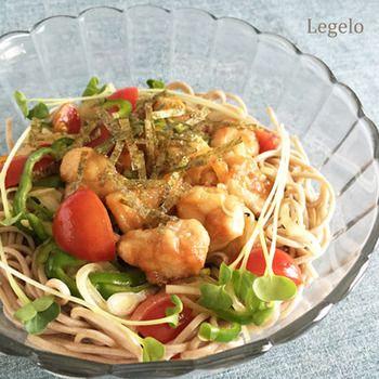トマト、玉ねぎ、ピーマンなどの野菜と鶏肉を南蛮だれに漬け込んでそばと和えた、ボリュームたっぷりレシピ。野菜は好みで茄子やズッキーニ、かぼちゃなどを加えてもおいしそうです。