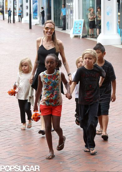 Angelina Jolie & Kids Visit the Sea Life Sydney Aquarium.