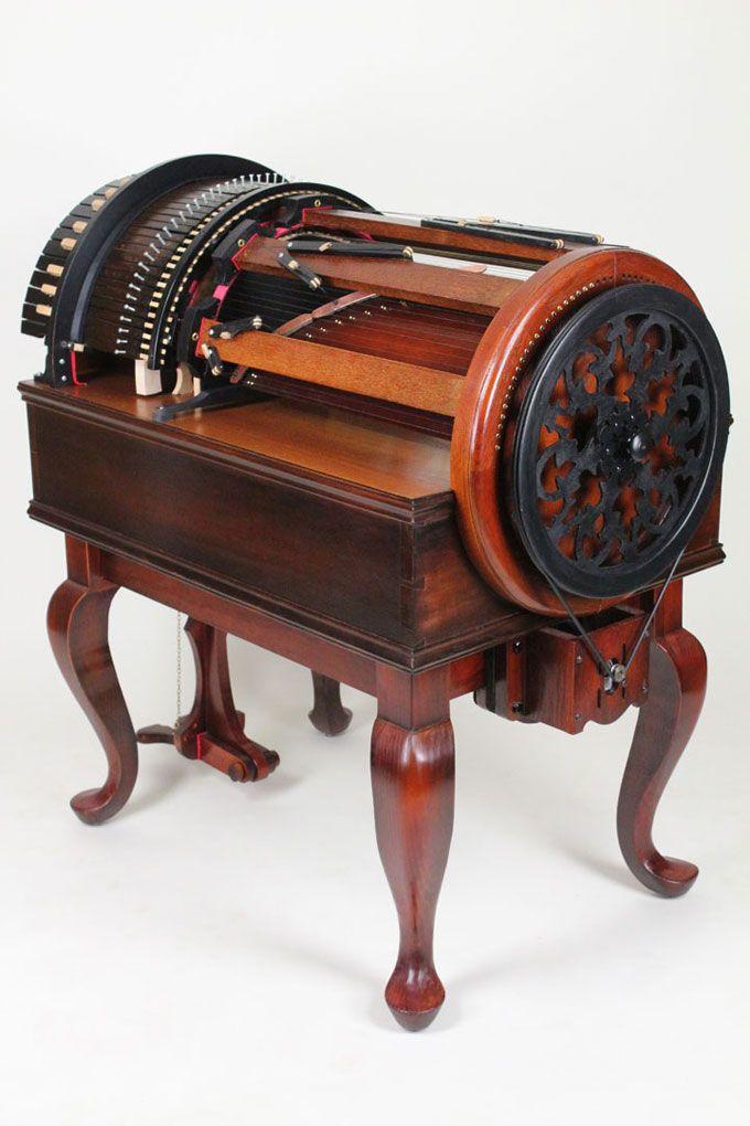 El Wheelharp es un instrumento musical de teclado innovador que le da al jugador la posibilidad de orquestar una escala cromática completa de 61 reales secuencias arqueadas en los propio alcance de la mano, casi como tener una orquesta de cuerdas de cámara real a la mano.