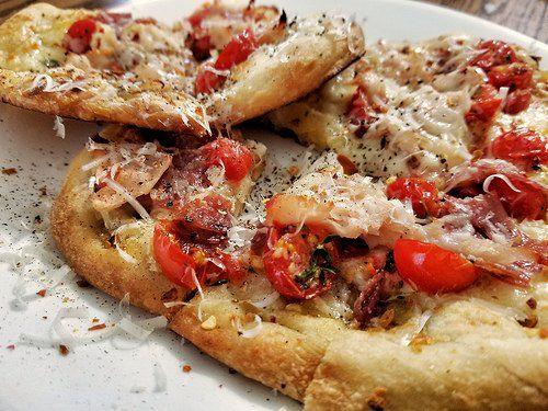 1月11日の得する人損する人で放送されたウル得マンによるお餅を使ったレシピ「餅ピザ」の作り方をまとめてみました! お餅に水を加えて作る溶かし餅をピザ生地に見立てて焼き、上にケチャップやベーコン、たまねぎスライス、チーズを乗せて作るピザレシピです。 口の中でとろけてなくなる食感が絶品です
