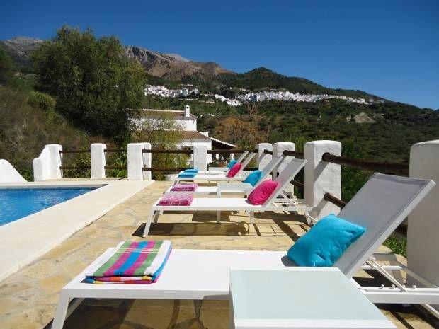 Cortijo Masmuda is een luxueuze en ruime vakantiewoning die pas werd heringericht in een traditionele landelijke stijl. Deze comfortabele villa is erg rustig gelegen op de flank van een vallei waardoor je overal van een wijds uitzicht op de prachtige omgeving kan genieten.   Het charmante witte bergdorp Canillas de Aceituno bevindt zich vlakbij. Hier kan je niet alleen terecht voor al je dagelijkse boodschappen, je vindt er ook enkele prima restaurants, terrasjes, een dokter en een apotheek.