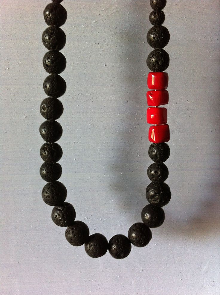 Collar de piedra volcánica y coral bambú rojo.