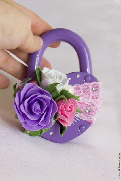 Купить или заказать Свадебный замочек в интернет-магазине на Ярмарке Мастеров. Фиолетовый свадебный замочек в форме сердца. Декорирован атласной летной, кружевом, бусинами, стразами, бутонами роз фиолетового, розового и белого цвета из фоамирана. В комплект входит два ключика. Возможно исполнение в любом цвете и декоре по Вашему желанию.