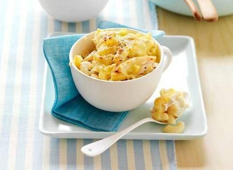 Cheesy chicken and cauliflower macaroni bake: Macaroni with a healthy twist.