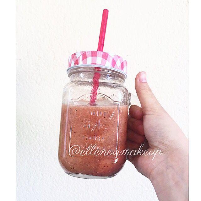 """#Smoothie fragole, banana, kiwi, con aggiunta di semi di Chia e bacche Goji!  vedo di darmi una """"svegliata"""", ho troppo sonno per adesso!   #food #foodie #break #eatclean #summer #thinkpink #strawberry #frullato"""