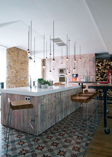 Opened kitchen with lovely tiles | More photos http://petitlien.fr/lightloft