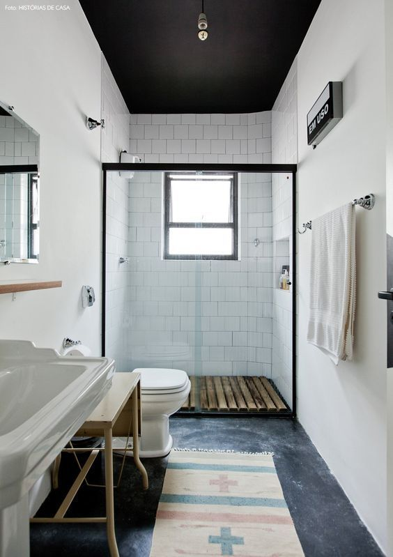 banheiro reformado, mas com carinha vintage. o piso é de cimento queimado, o teto foi pintado de preto e a cuba é de um modelo antigo: