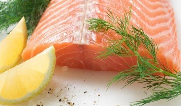I grassi omega 3 sono contenuti nel pesce, nell\'olio di oliva e in alcuni vegetali. Sono essenziali per il nostro benessere, in quanto aiutano il cuore e la memoria e abbassano il livello dei trigliceridi.