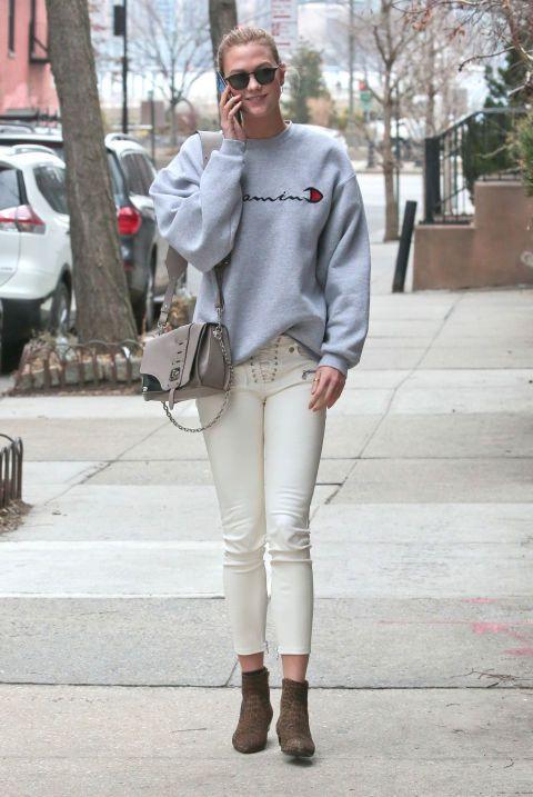 Sudadera gris, pantalones tobilleros con cordones y botines de 'animal print'. Estas son las claves del look de Karlie Kloss.