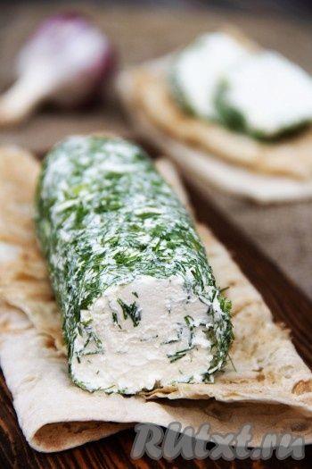 Хочу предложить рецепт приготовления творожного сыра в домашних условиях. Из самых простых продуктов таких как кефир и сметана, можно сделать очень вкусный сыр. Такой нежный, воздушный и тающий во рту творожный сыр великолепно подойдёт для приготовления бутербродов.