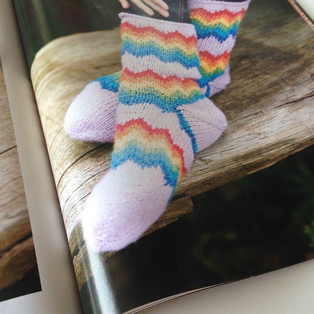 Tå op sokker i Regnbuefarver, Charlotte Kaae for Kreativ Strik nr 4…