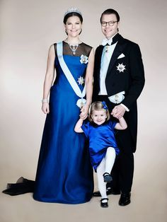 la princesa victoria de suecia, que espera su segundo hijo para marzo del año próximo, ha posado para su nueva foto oficial con su marido y su hija, Estelle