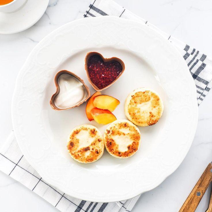 Чувство, с которым вы садитесь завтркать, задает настроение на весь день. И если вы начнете субботу с наших домашних сырников из 9% зернистого творога с любимыми топингами, уикенд будет легким, воздушным, оставляющим сладкое послевкусие💫 #schastyelove #ресторансчастье #барсчастье