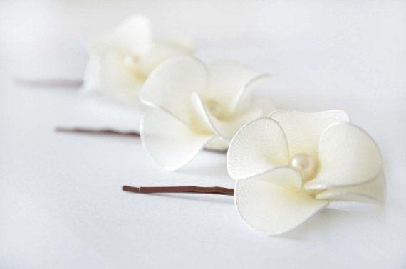 Conjunto de tres flores de cabello hermoso pequeño para novias o damas de honor. Flores están disponibles en la mayoría de colores. Convo mí para preguntar. Flores de pelo de boda se colocan en las horquillas. Puedo usar una diadema, peinetas o clips de cocodrilo - me escribe una nota en la compra. Se hacen flores de tela y de la mano en forma de alambre con perlas en los centros.   Un conjunto de las mismas flores, pero con un velo del birdcage está disponible desde un enlace de más abajo…