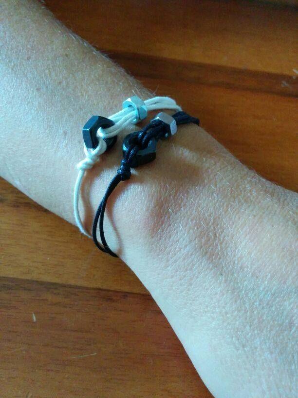 Bracciale realizzato a mano con bulloni di diverse dimensioni e filo di cotone.