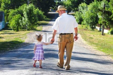 abuelo y nieta están en el camino Foto de archivo