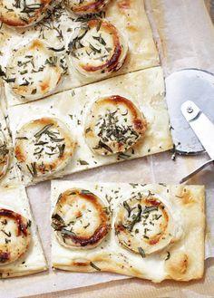 Flammkuchen mit Ziegenkäse, Honig und Rockmarin.... ooohhh mmmmm is just the perfect description!