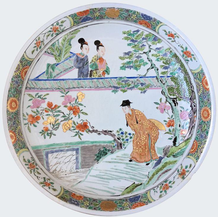 Très grande coupe en porcelaine de Chine de la Compagnie des Indes à décor de figures peinte dans les émaux de la famille d'époque Yongzheng Rare grande coupe peinte dans les émaux de la famille rose, à décor de figures. La scène représente très probablement un épisode du Roman du Pavillon de l'Ouest.