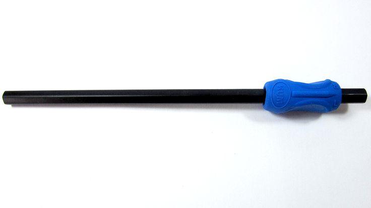 Adaptador de caucho para lápiz marca Kum Sattler para zurdos Tiene un diseño innovador que cuidadosamente guía a los dedos a la posición ergonómica correcta, para escribir. Funciona con lápices, marcadores, esferográficos, pinceles, etc.