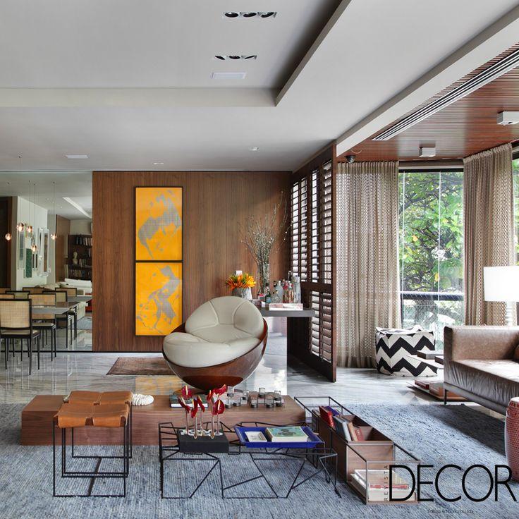 Lar de um casal de meia-idade, apartamento de 250 m² no Rio de Janeiro apresenta uma atmosfera acolhedora com ambientes integrados. Contemplada com uma vista deslumbrante, a morada evidencia o estilo contemporâneo que se integra com toques de cor.