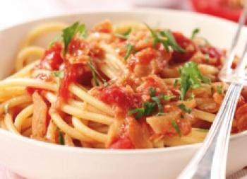 Bucatini con baccalà e pomodoro | Mutti: Tomato, Casseruola Scaldat, 10 Minuti, Pesc Dallas, Baccalà Tagliato, Based Di, Bucatini Con, Peperoncino, Con Baccalà