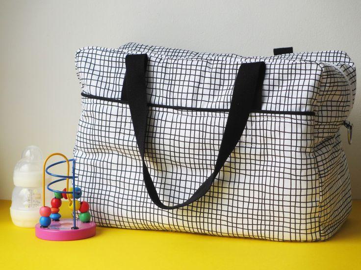 Pour le trousseau fait main du bébé, il fallait bien ajouter l'indispensable sac à langer. Je le voulais de belle taille (je me suis basée ...