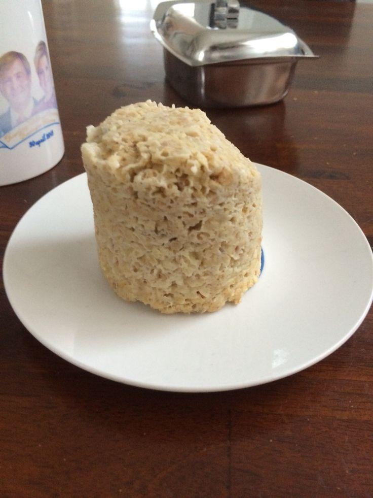 Ontbijt recept FODMAP vrije havermoutmuffin. Het smaakt absoluut lekkerder dan het eruit ziet. Men neme 1 mok. 1 banaan, 5 eetl havermout, 1 ei. Prak de banaan fijn. Kluts ei met havermout door elkaar. Voeg banaan toe. Giet alles in de mok. 4min in de magnetron. Muffin omkiepen op een bord. Evt afgarneren met bruine suiker of stroop. Echt het proberen waard!