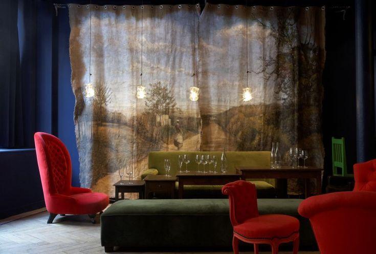 La Conserverie    Adresse 37 bis rue du Sentier  2e  Paris Canapés dépareillés, murs bleu Klein et lumière tamisée: la Conserverie est un ancien atelier de tissus en plein Sentier reconverti en bar à cocktails gastropub...