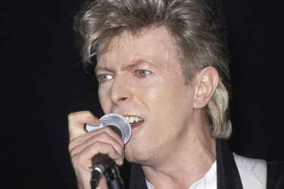 """Bowie saltó a la fama en 1972, con """"The Rise and Fall of Ziggy Stardust and the Spiders from Mars"""", y se hizo famoso no solo por sus letras misteriosas y electrizantes sino por su imagen tan espectacular como ambigua."""